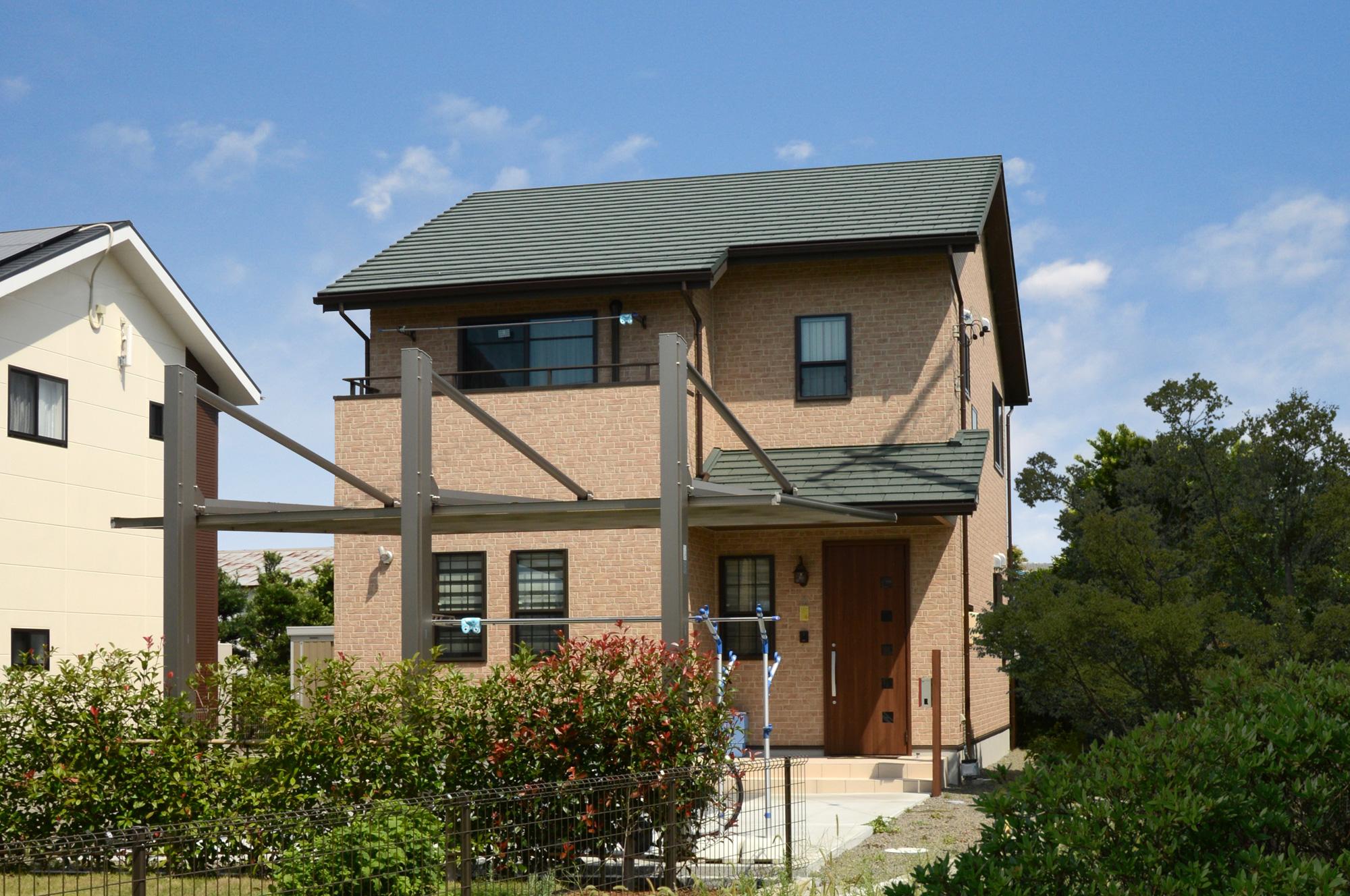 石目調の外壁とグリーンの屋根でオーセンティックな外観となりました。