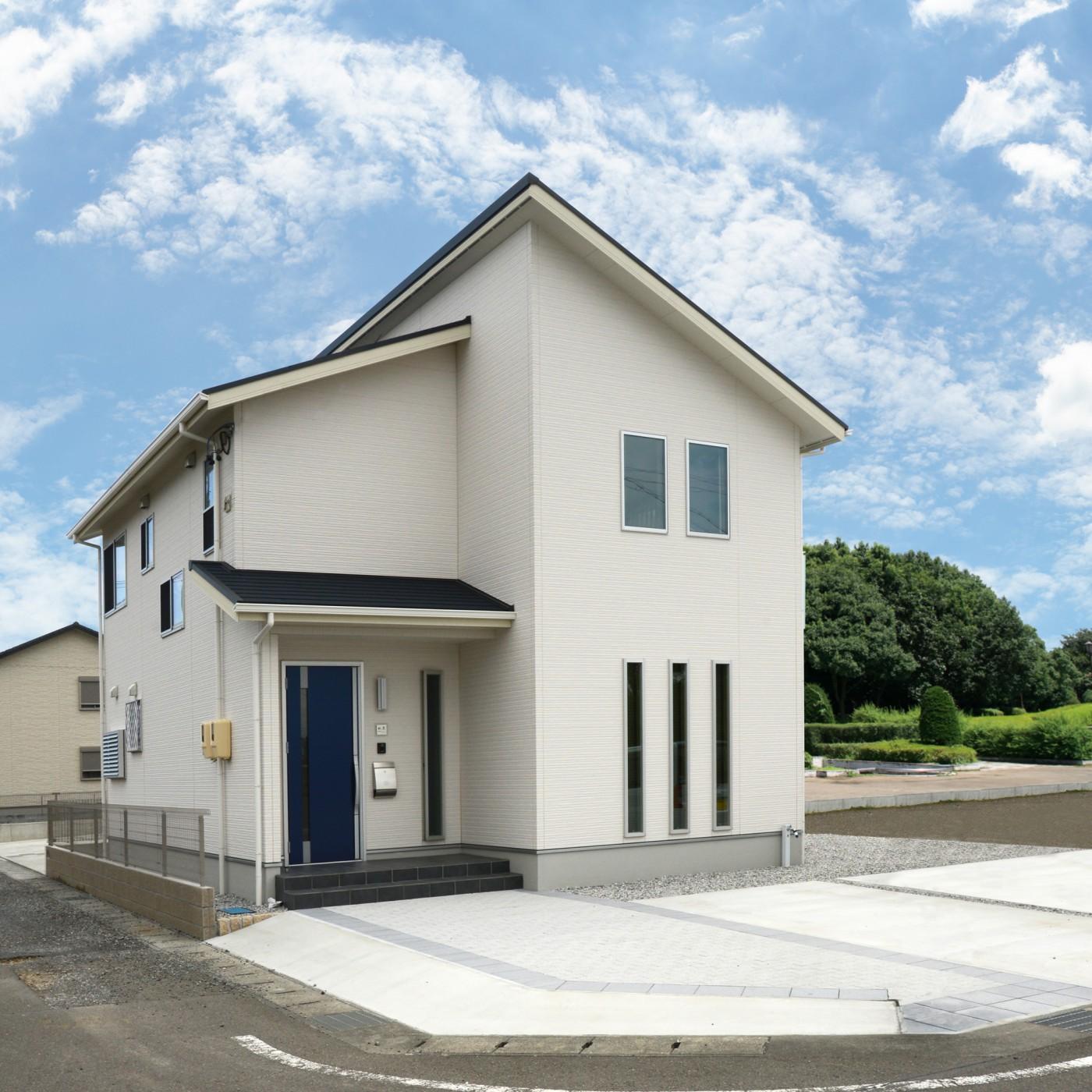 青い玄関ドアとリビングに設けたスリット窓が特徴のK様邸です。