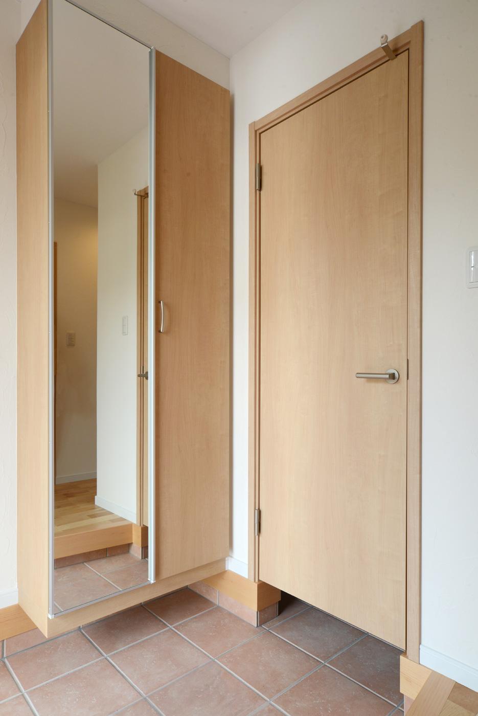 玄関:シューズクローゼットと土間収納で収納力バツグンです。