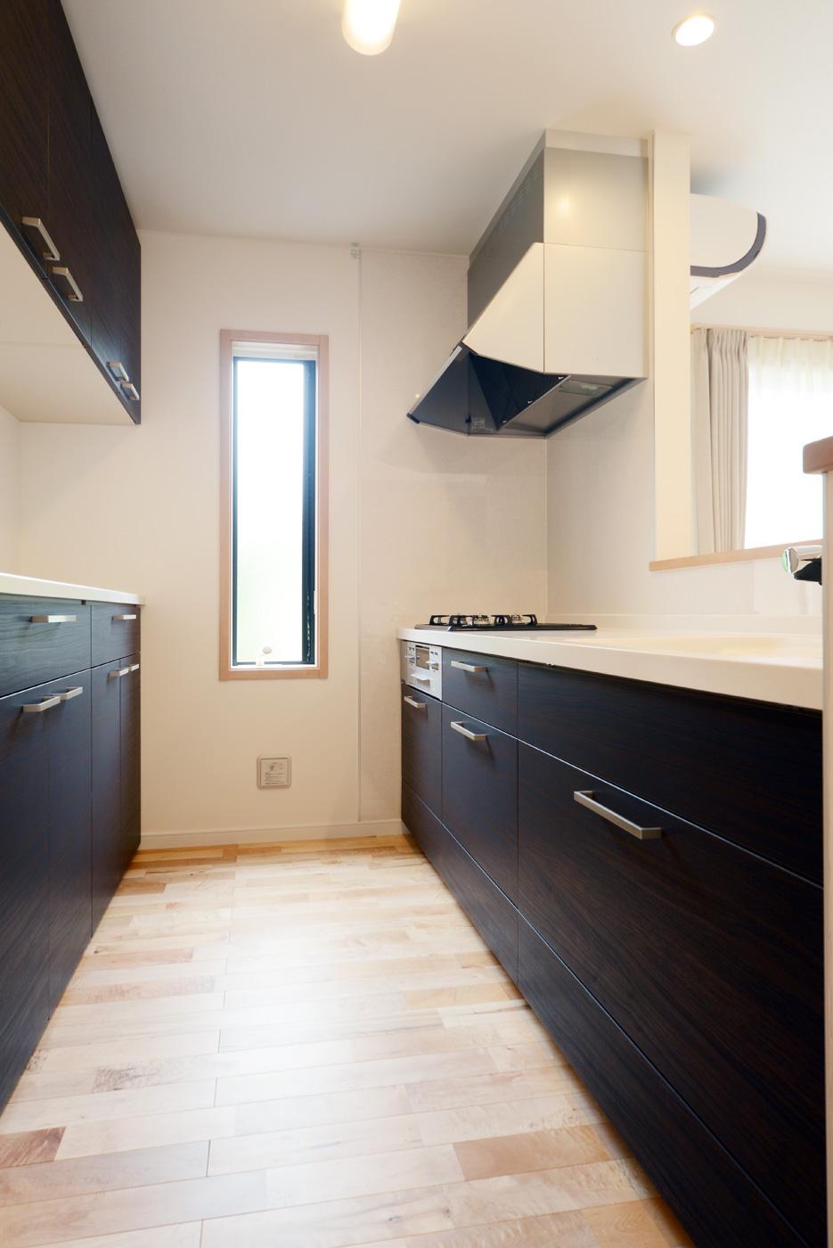 キッチン:シックな色合いの人工大理石のシステムキッチンです。