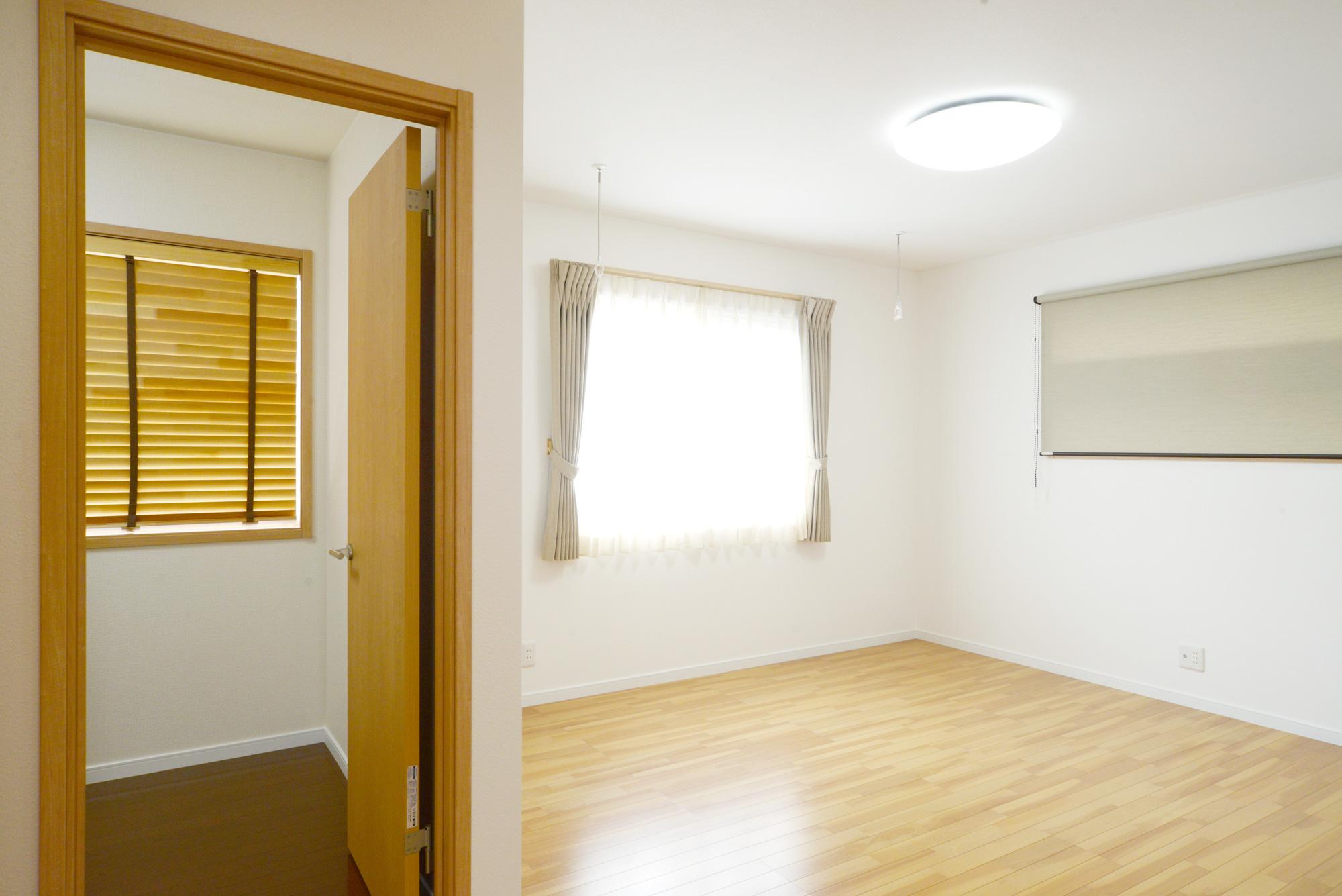 主寝室:広々主寝室にご夫婦それぞれの書斎を二つ設けました。