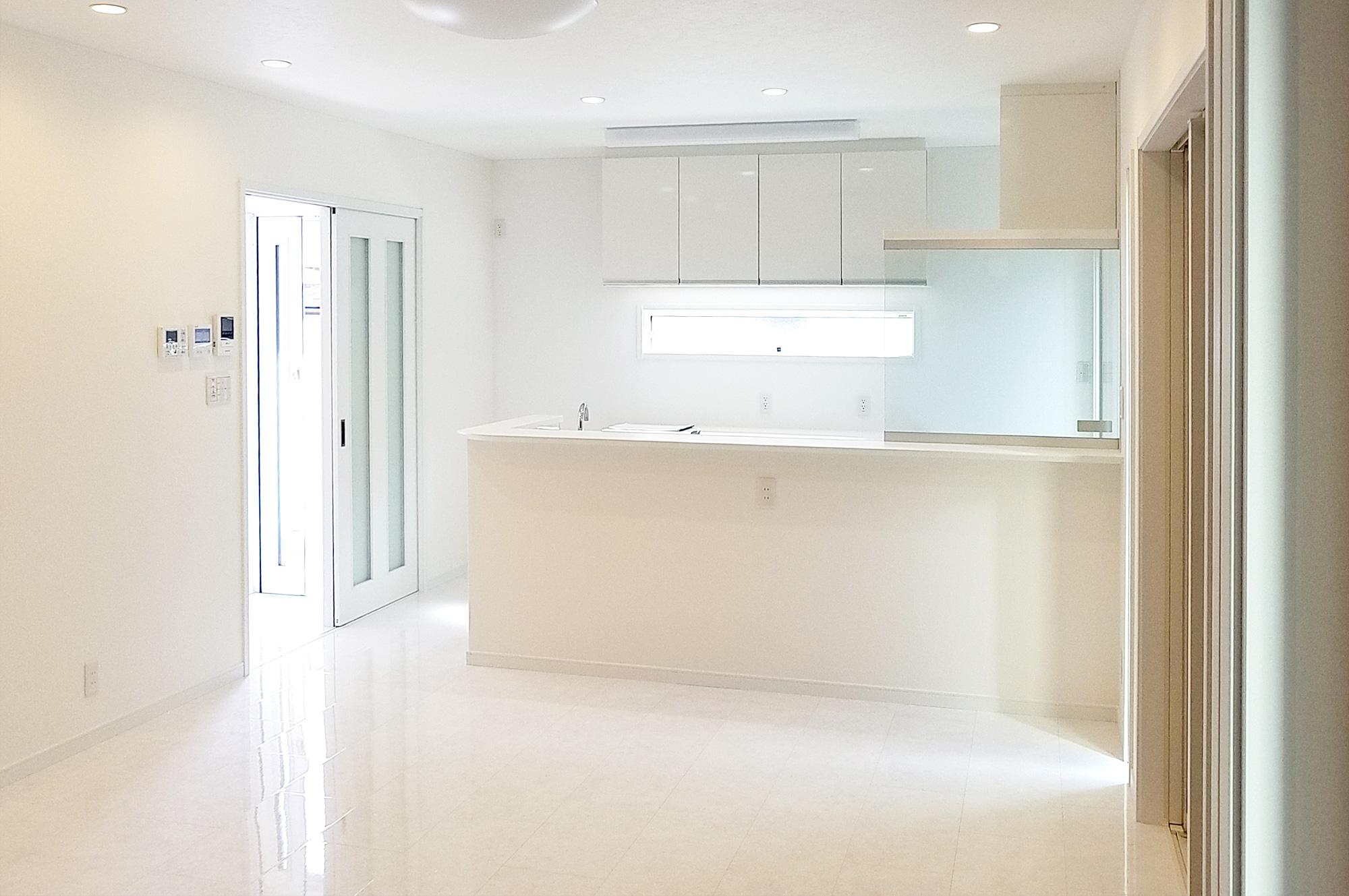 全体的に白で統一し、明るく清潔感のある室内になっています。