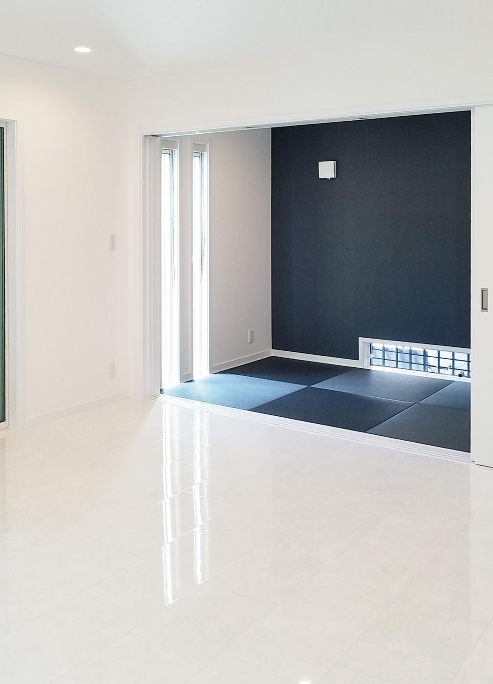アクセントに黒色の畳と壁紙で、飽きのこないモダンな部屋になっています。(ご主人様のこだわりです)