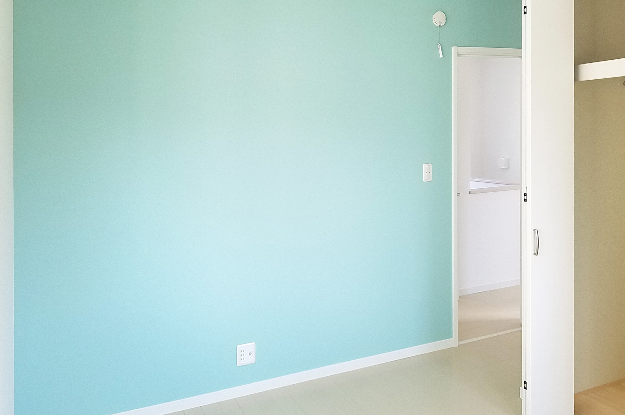 明るい水色の壁紙をアクセントにすることによって、かわいいお部屋になっています。