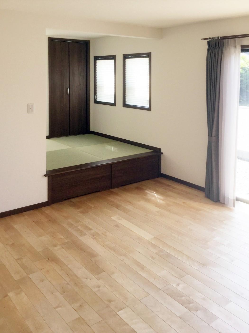 リビングに併設した2畳分、小上がりの畳コーナー