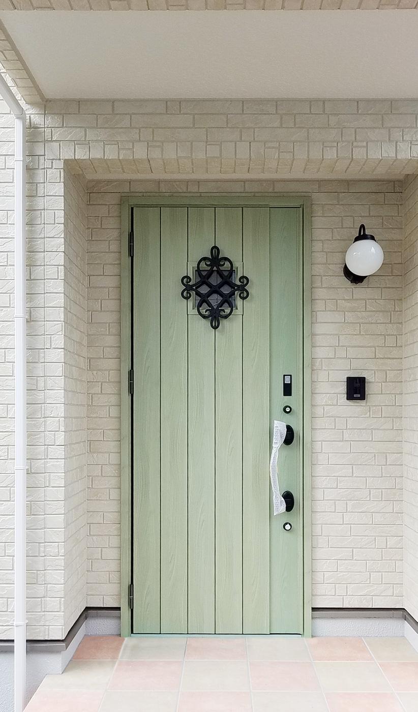 玄関ドアは緑色で外観のアクセントになっています。