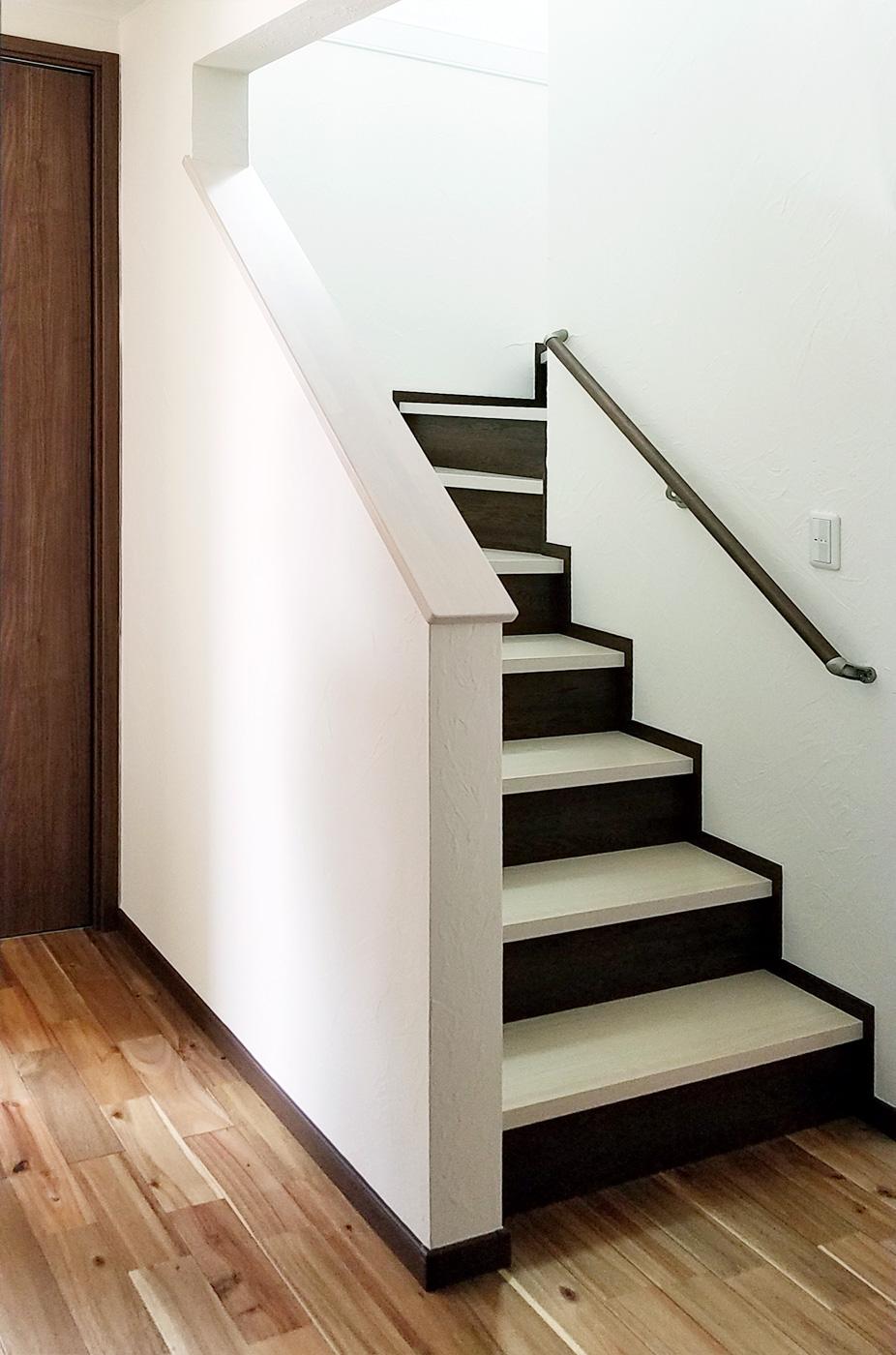 階段はホワイト系とダーク系の色を使い2階から降りるときは白い階段になるように仕上げました。