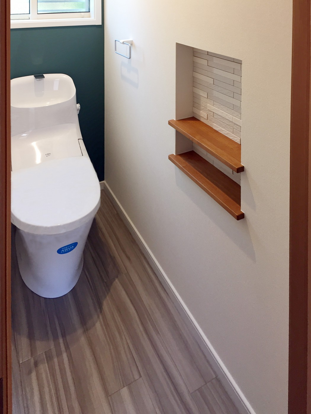 トイレ:エコカラットがアクセントの小物置き