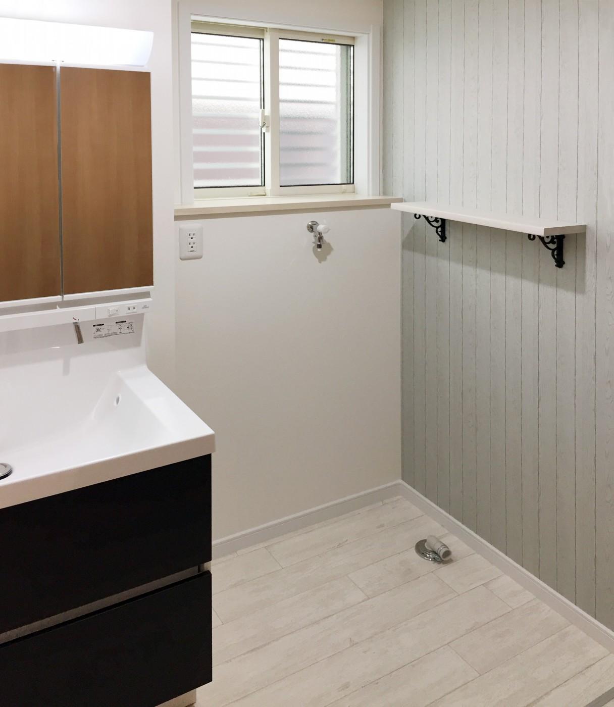 洗面脱衣所:実用性も兼ねた棚カウンター