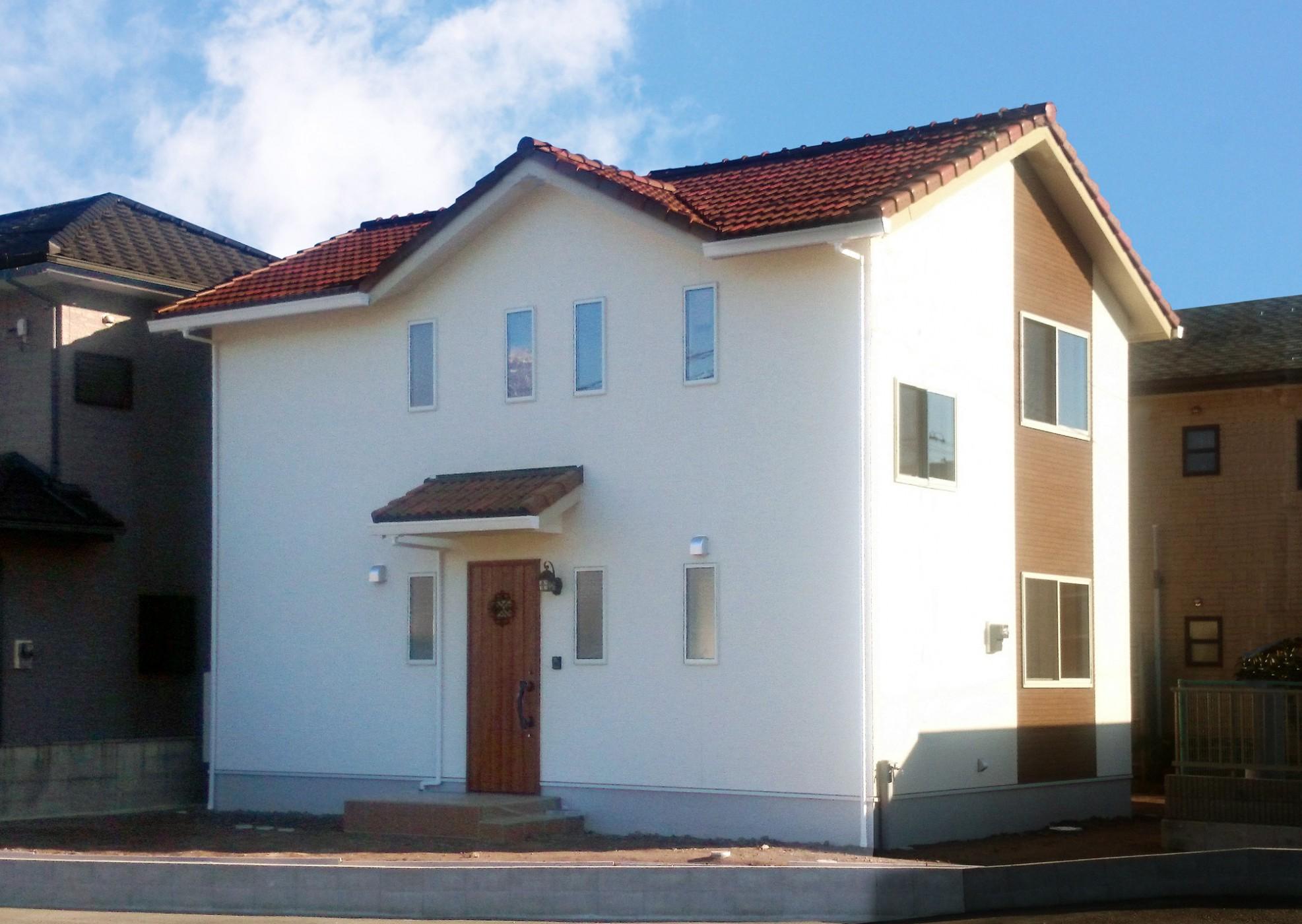 混ぜ葺の瓦屋根と白い外壁でかわいいお家に仕上がりました。