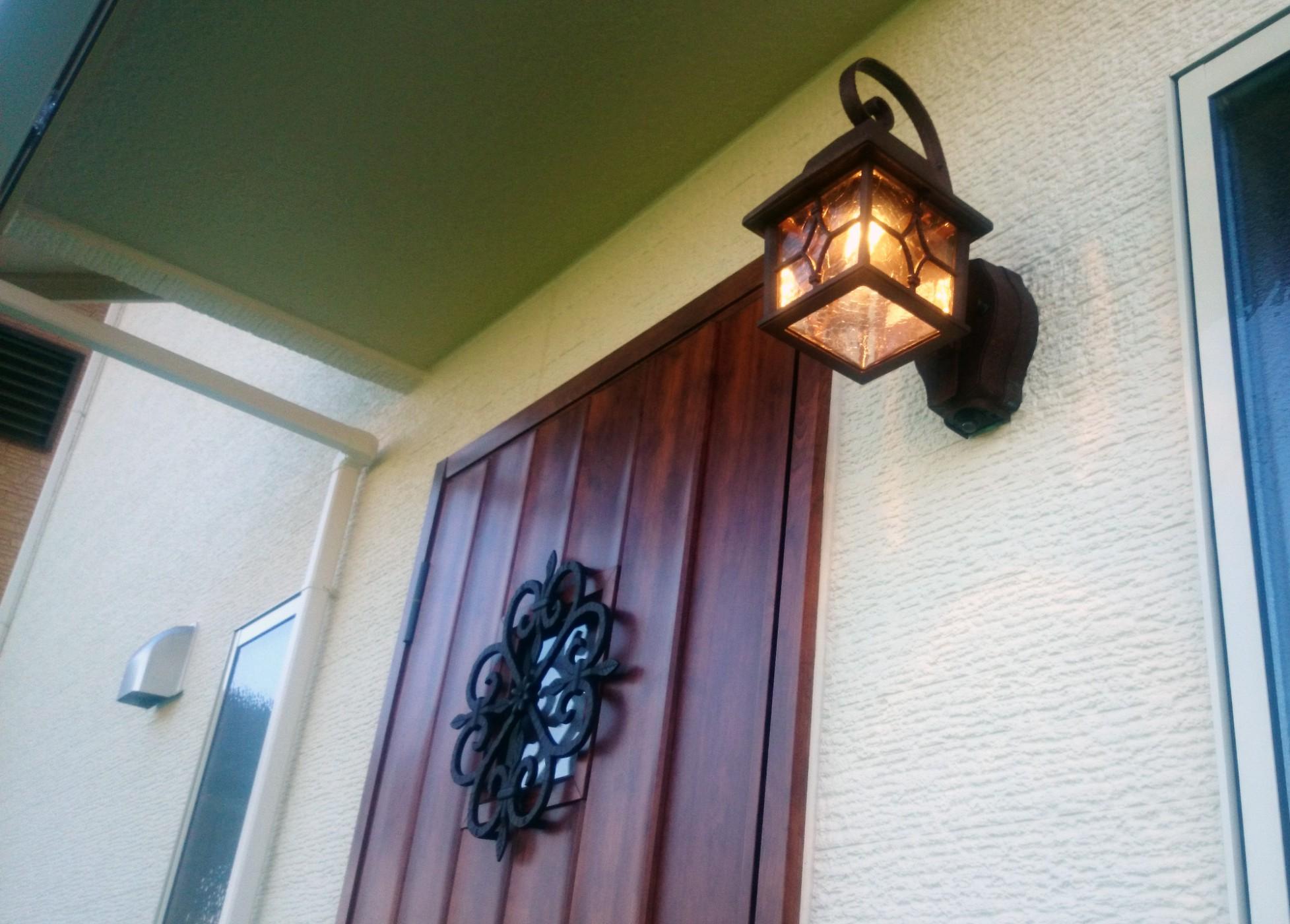 木目調の玄関ドアと洋風な照明が暖かくご家族を迎え入れてくれそうです。