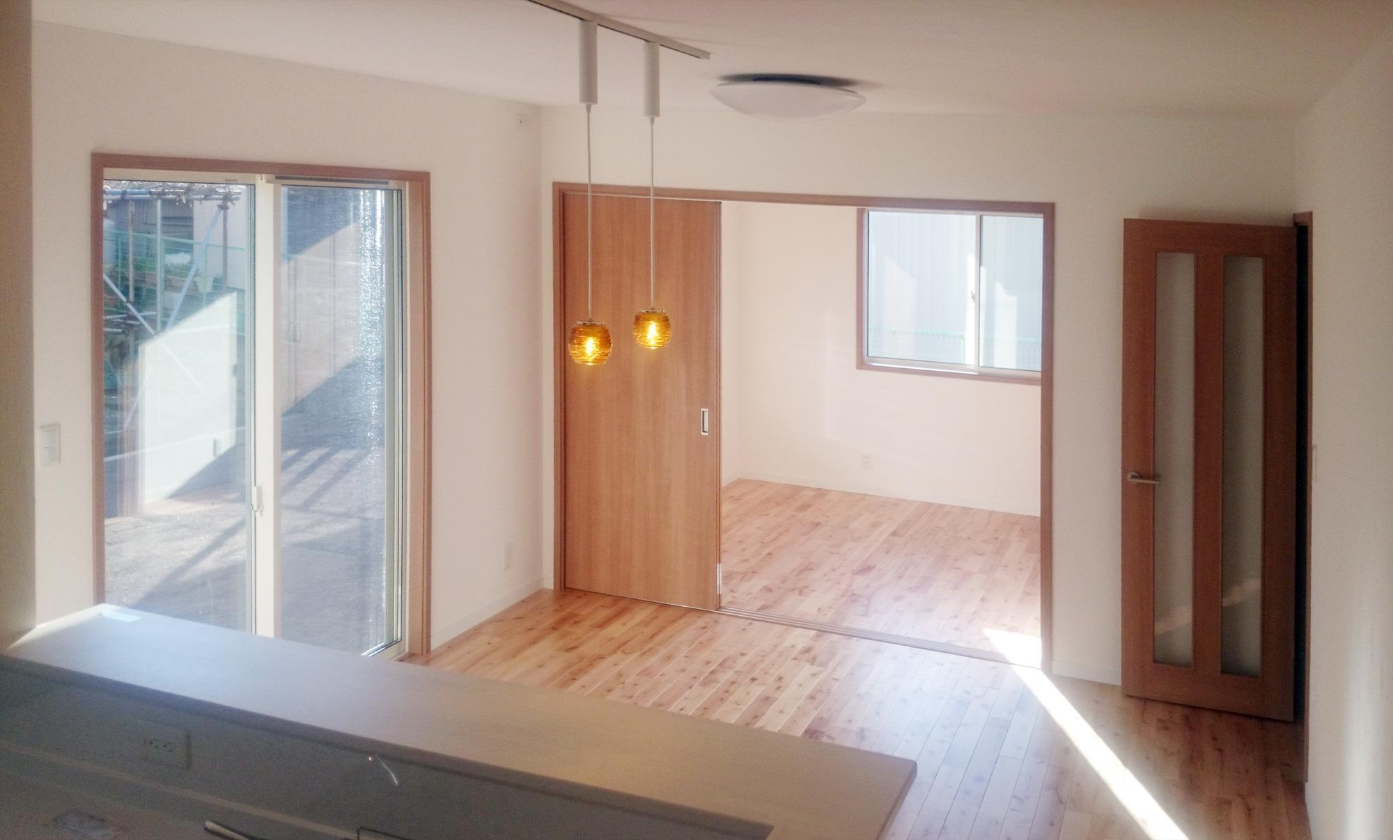 桜の木を使った無垢の床材と塗り壁でお家の中もかわいく仕上がっています。
