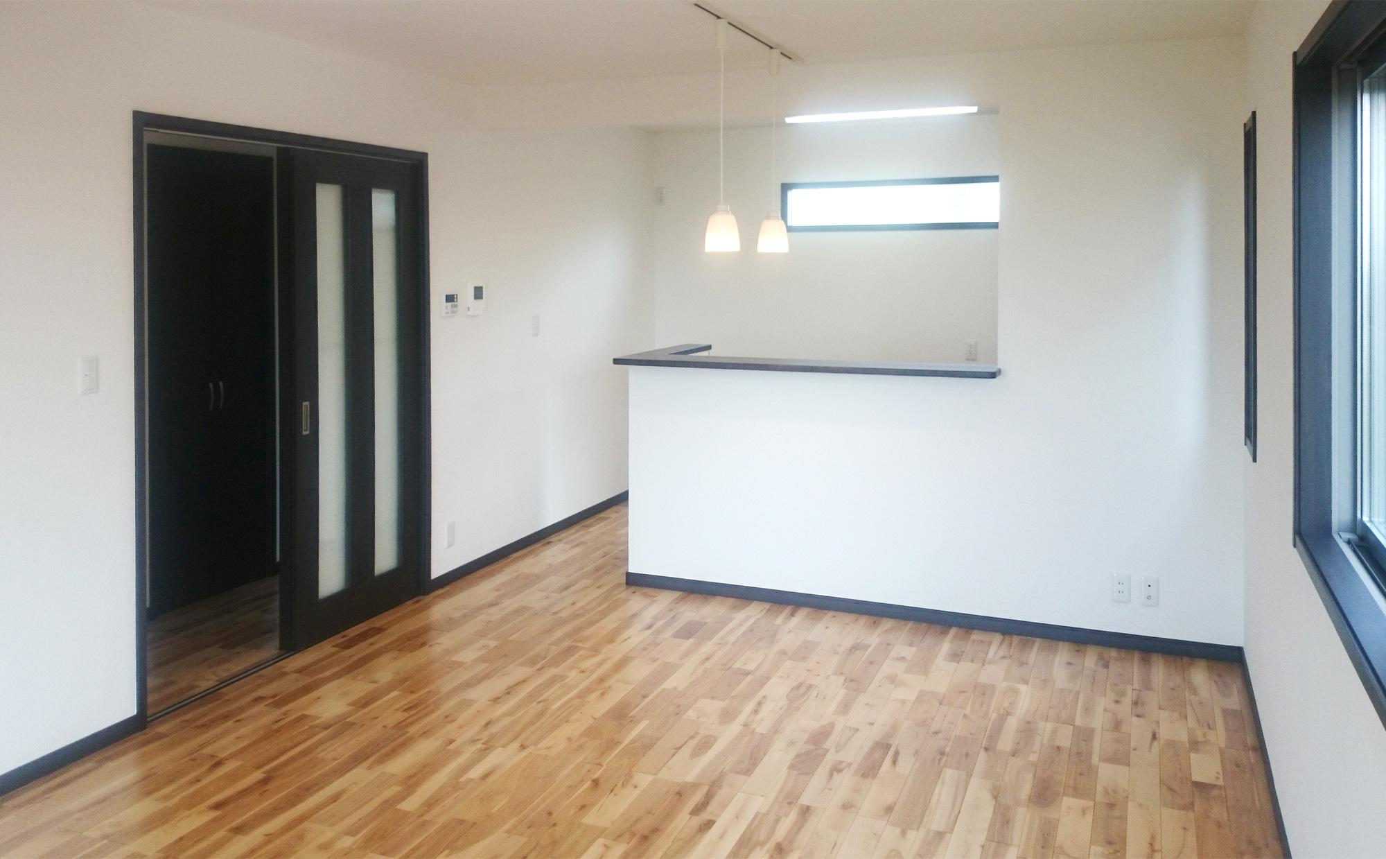 バーチという無垢の床材とその色に合わせた建具で落ち着きのあるLDKになりました。