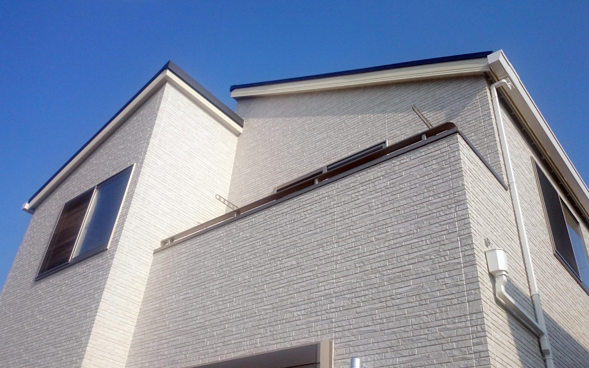 段違いの片流れの屋根はどの角度から見てもかっこよくなっています。