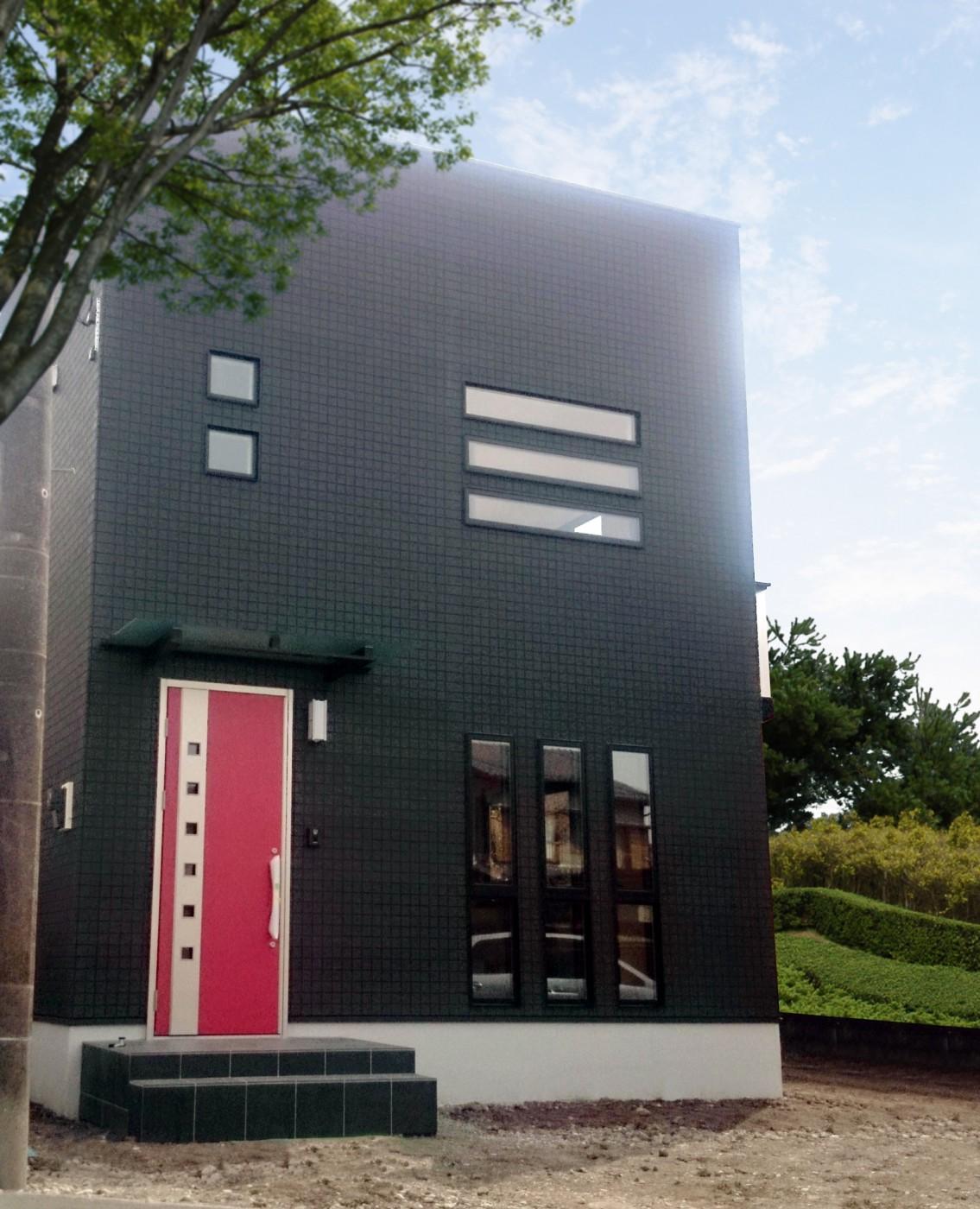 黒の外壁にアクセントの真っ赤な玄関ドアがより引き立っています。