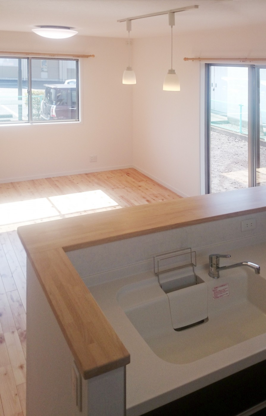 LDKは白い室内ドアと、桜の無垢の床材を使用し、明るく広く感じます。