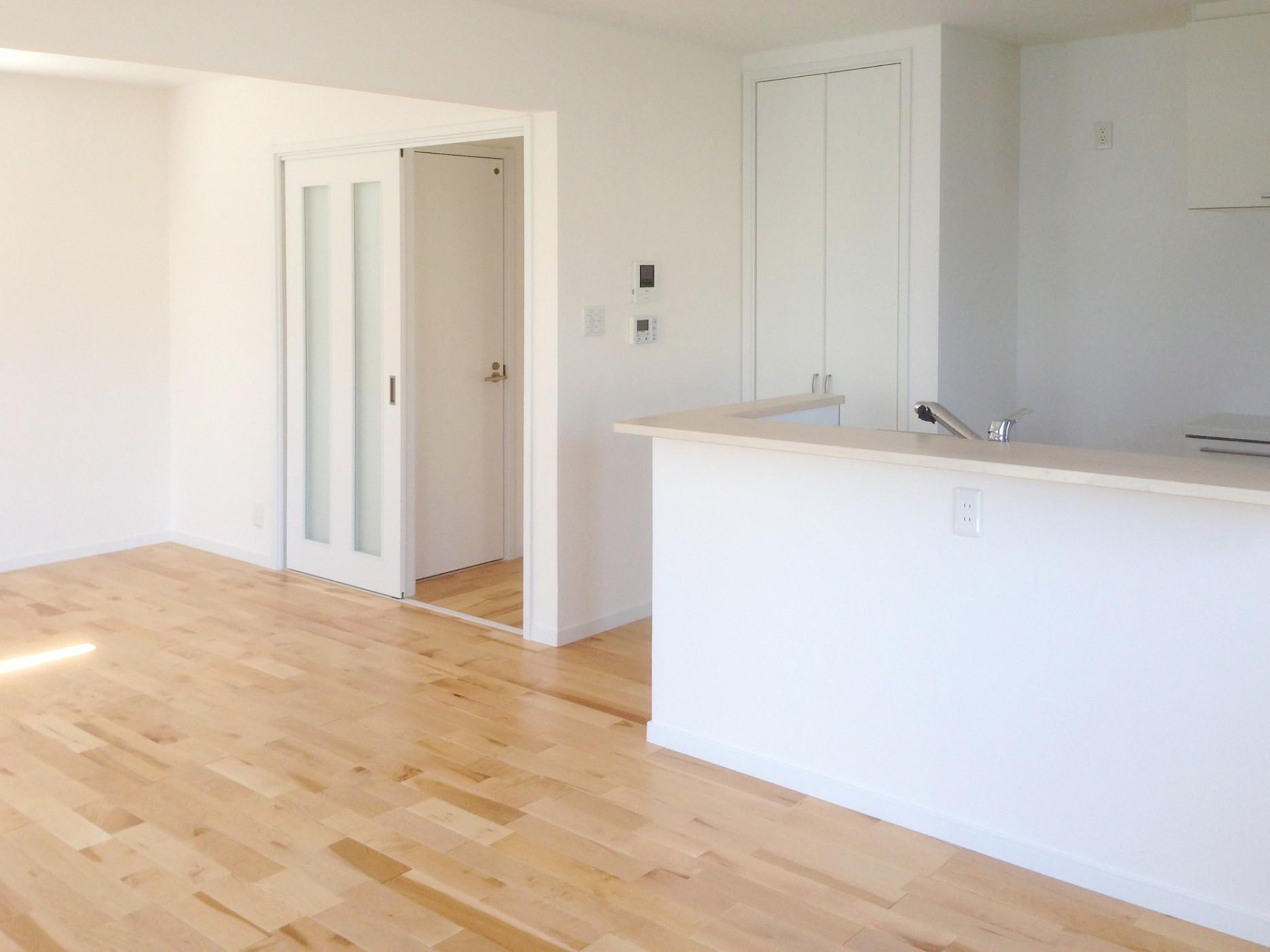 室内は建具や住宅設備も白で統一し、明るい空間になりました。