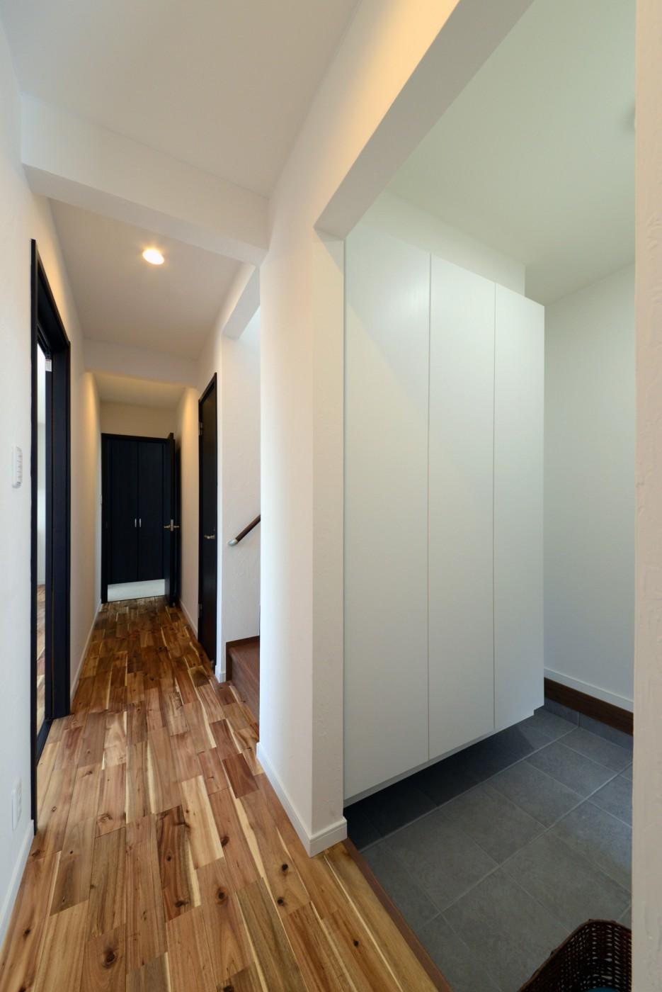 玄関からもホールからも出入りできる土間収納。
