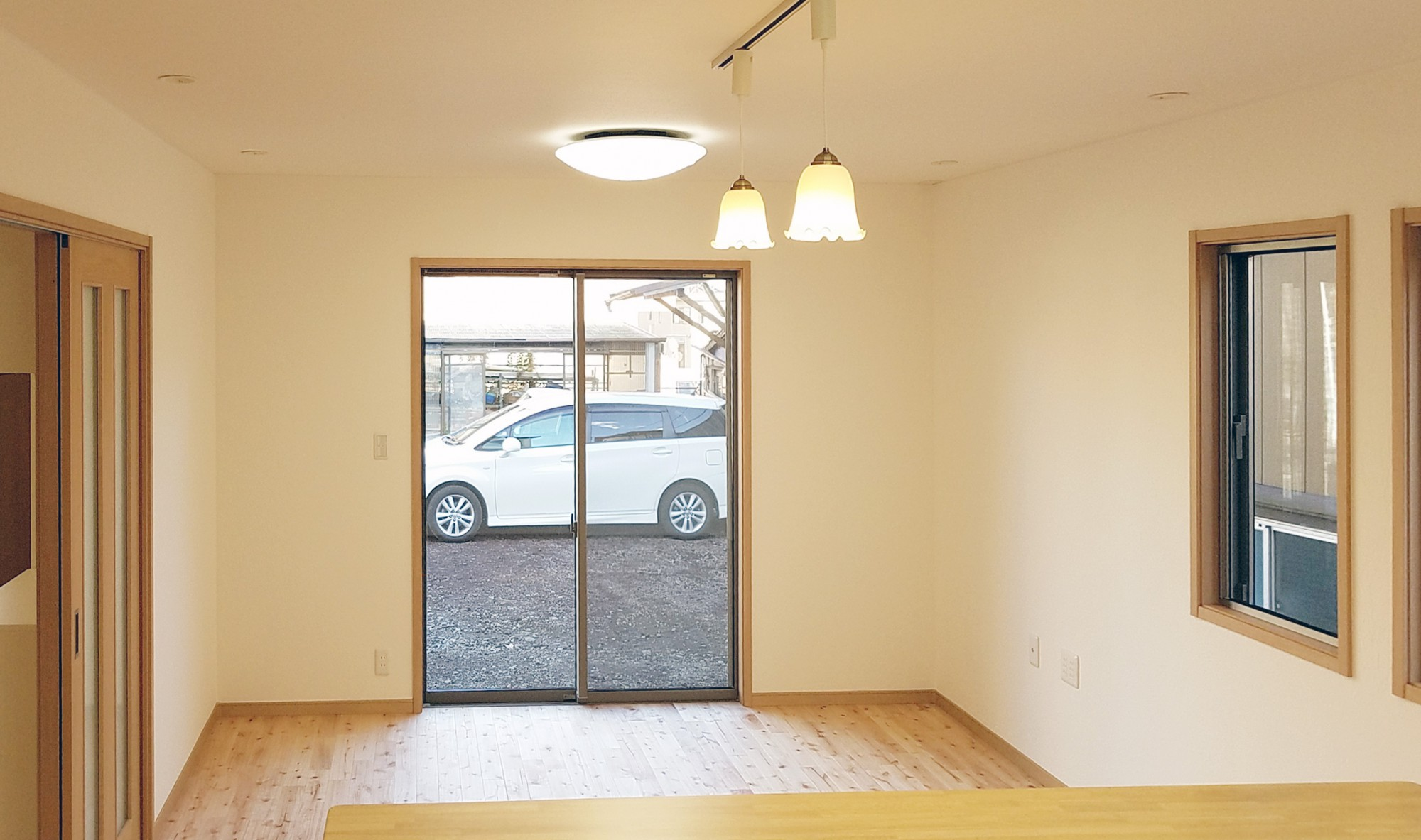塗り壁と無垢の床(桜の木)を使いかわいいリビングになっています。