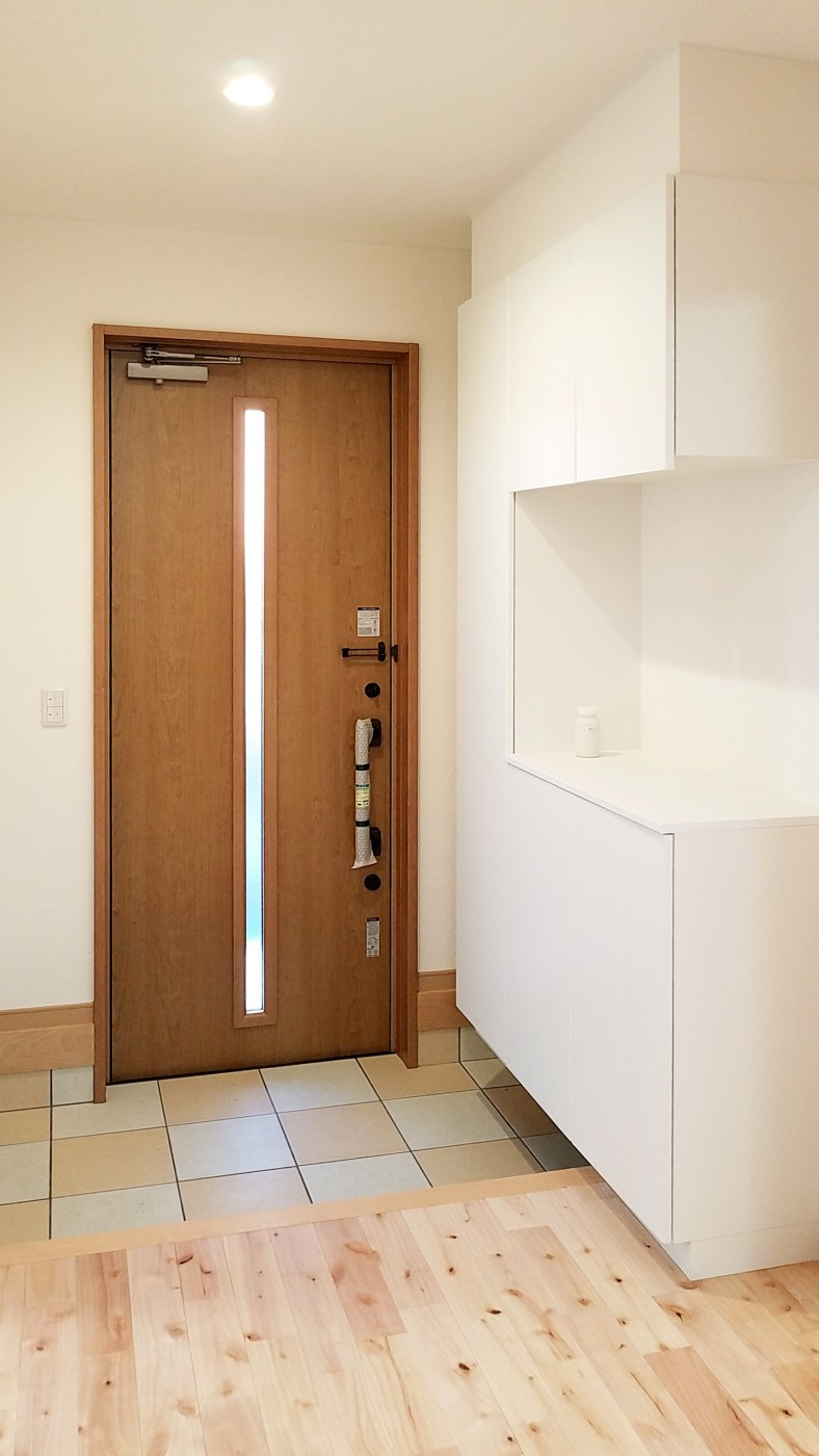 玄関も明るく、ポーチタイルのアクセントが目立ちます。