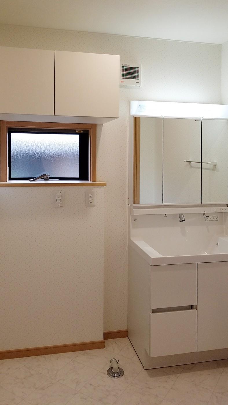 洗濯機置き場の上にはタオルや洗剤などを収納できる棚を設けました。