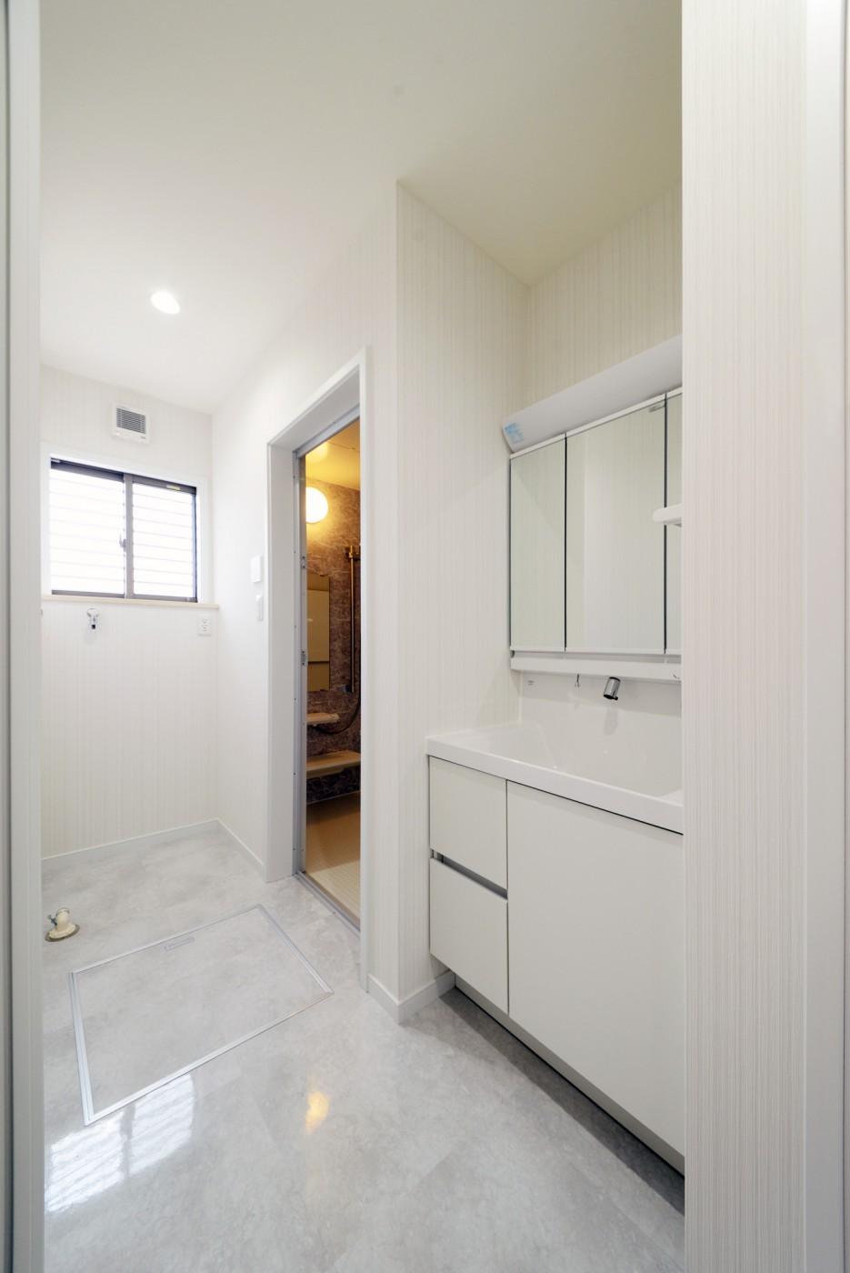 石目調の床、白い洗面台でスタイリッシュな空間に。