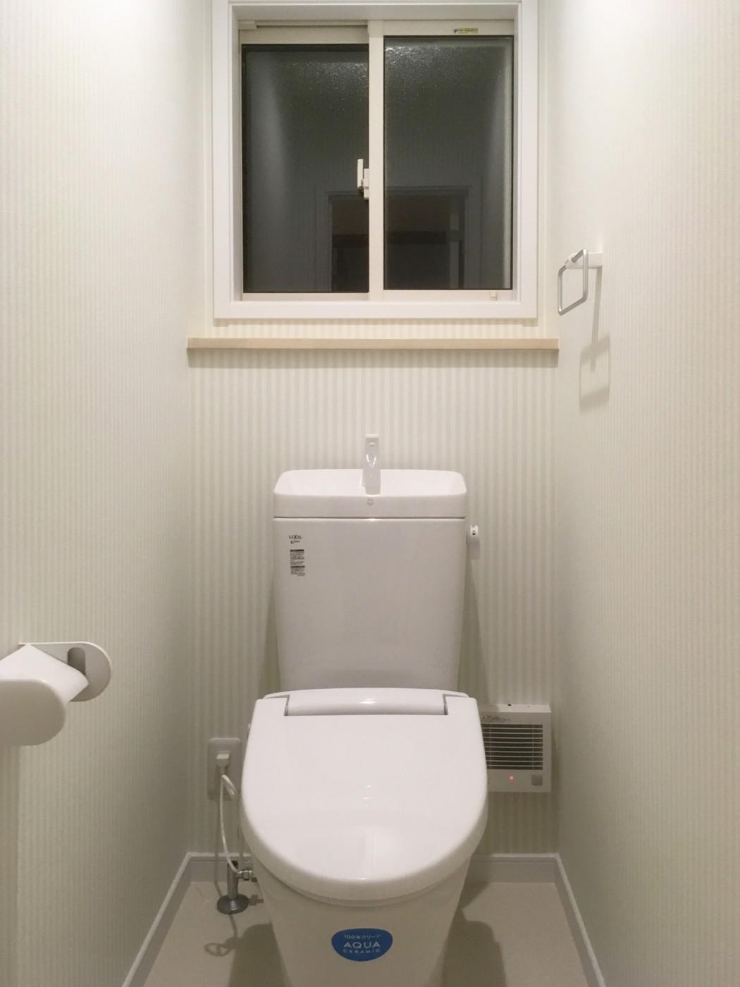 トイレもかわいらしいクロスを採用
