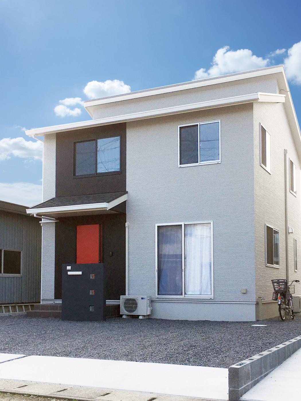 24Bプラン|赤い玄関ドアがアクセントの外観